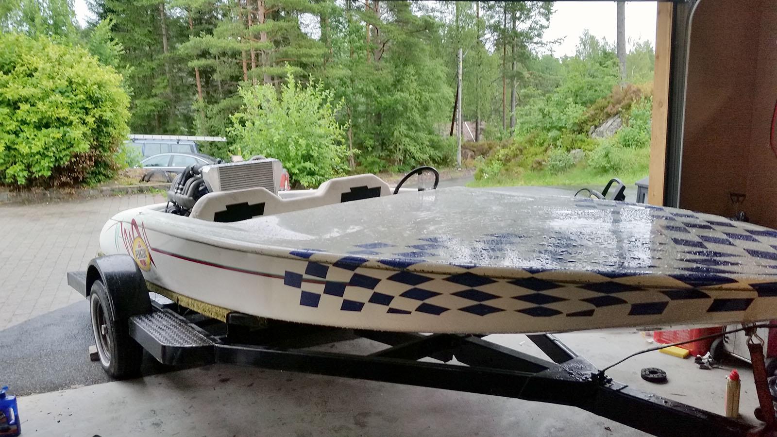ski boat with a mercedes turbo diesel i6. Black Bedroom Furniture Sets. Home Design Ideas