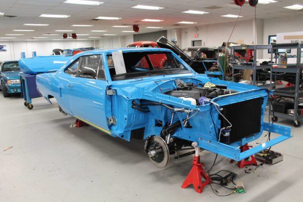 1970 Plymouth Superbird Clone with a 6.4 L HEMI V8