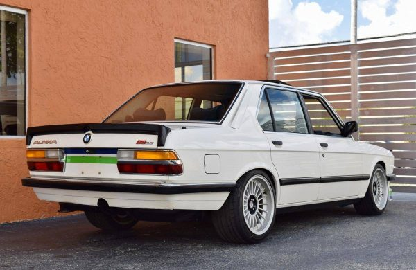 1988 BMW 535i with a M30B35 Inline-Six